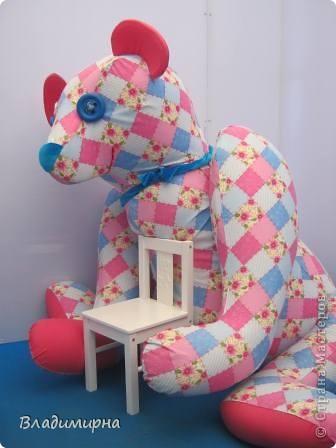 """В рамках фестивалю """"Белые ночи"""" ( о нём можно посмотреть здесь https://stranamasterov.ru/node/376932)  в нашем городе прошёл  и МедведDay. Мини-фестиваль, посвященный игрушечному медвежонку. В его рамках было очень много интересного : и шествие по гроду, и мастер-классы, и лечебница для плюшевых игрушек. Думаю, что такое внимание   к медведю объясняется не только популярностью данной игрушки, но и тем, что когда-то наш край считался медвежьим углом,  и на гкербе нашего города ещё  с позапрошлого века изображён медведь. Я расскажу лишь о самой маленькой  части  праздника, посвященного игрушечному косолапому - павильоне МедведDay на нашей эспланаде.  Лозунг """"Каждому медведю - отдельную берлогу"""" можно назвать девизом выставки. Медведей здесь несколько, но у каждого из них - своя берлога.  фото 6"""