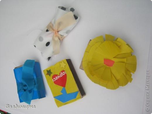 """В рамках фестивалю """"Белые ночи"""" ( о нём можно посмотреть здесь http://stranamasterov.ru/node/376932)  в нашем городе прошёл  и МедведDay. Мини-фестиваль, посвященный игрушечному медвежонку. В его рамках было очень много интересного : и шествие по гроду, и мастер-классы, и лечебница для плюшевых игрушек. Думаю, что такое внимание   к медведю объясняется не только популярностью данной игрушки, но и тем, что когда-то наш край считался медвежьим углом,  и на гкербе нашего города ещё  с позапрошлого века изображён медведь. Я расскажу лишь о самой маленькой  части  праздника, посвященного игрушечному косолапому - павильоне МедведDay на нашей эспланаде.  Лозунг """"Каждому медведю - отдельную берлогу"""" можно назвать девизом выставки. Медведей здесь несколько, но у каждого из них - своя берлога.  фото 8"""