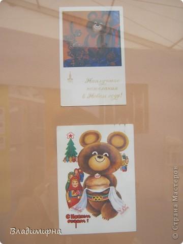 """В рамках фестивалю """"Белые ночи"""" ( о нём можно посмотреть здесь http://stranamasterov.ru/node/376932)  в нашем городе прошёл  и МедведDay. Мини-фестиваль, посвященный игрушечному медвежонку. В его рамках было очень много интересного : и шествие по гроду, и мастер-классы, и лечебница для плюшевых игрушек. Думаю, что такое внимание   к медведю объясняется не только популярностью данной игрушки, но и тем, что когда-то наш край считался медвежьим углом,  и на гкербе нашего города ещё  с позапрошлого века изображён медведь. Я расскажу лишь о самой маленькой  части  праздника, посвященного игрушечному косолапому - павильоне МедведDay на нашей эспланаде.  Лозунг """"Каждому медведю - отдельную берлогу"""" можно назвать девизом выставки. Медведей здесь несколько, но у каждого из них - своя берлога.  фото 11"""