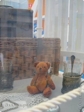 """В рамках фестивалю """"Белые ночи"""" ( о нём можно посмотреть здесь https://stranamasterov.ru/node/376932)  в нашем городе прошёл  и МедведDay. Мини-фестиваль, посвященный игрушечному медвежонку. В его рамках было очень много интересного : и шествие по гроду, и мастер-классы, и лечебница для плюшевых игрушек. Думаю, что такое внимание   к медведю объясняется не только популярностью данной игрушки, но и тем, что когда-то наш край считался медвежьим углом,  и на гкербе нашего города ещё  с позапрошлого века изображён медведь. Я расскажу лишь о самой маленькой  части  праздника, посвященного игрушечному косолапому - павильоне МедведDay на нашей эспланаде.  Лозунг """"Каждому медведю - отдельную берлогу"""" можно назвать девизом выставки. Медведей здесь несколько, но у каждого из них - своя берлога.  фото 2"""