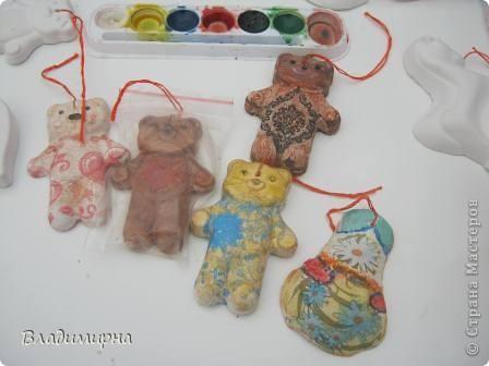 """В рамках фестивалю """"Белые ночи"""" ( о нём можно посмотреть здесь http://stranamasterov.ru/node/376932)  в нашем городе прошёл  и МедведDay. Мини-фестиваль, посвященный игрушечному медвежонку. В его рамках было очень много интересного : и шествие по гроду, и мастер-классы, и лечебница для плюшевых игрушек. Думаю, что такое внимание   к медведю объясняется не только популярностью данной игрушки, но и тем, что когда-то наш край считался медвежьим углом,  и на гкербе нашего города ещё  с позапрошлого века изображён медведь. Я расскажу лишь о самой маленькой  части  праздника, посвященного игрушечному косолапому - павильоне МедведDay на нашей эспланаде.  Лозунг """"Каждому медведю - отдельную берлогу"""" можно назвать девизом выставки. Медведей здесь несколько, но у каждого из них - своя берлога.  фото 12"""