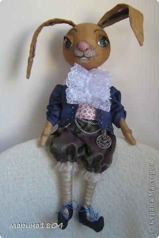 Здравствуйте, дорогие соседи! Попались мне как-то на форуме о тыквоголовках фото кролика (прощу прощения, особенно у автора - не могу никак ссылку найти, уже все облазили :(( Очень захотелось себе такого жителя. Представляю на ваш суд....пока без имени :) Пахнет кофе-корицей-ванилью (ну как положено), внутри вложено сердечко, есть мааааленький хвостик, который скромно скрывается под одеждой. Рост 42 см, сшит по выкройке тыквоголовки: голова-четырехклинка с носиком. Веки пришивные. В ушки вставлено какая-то гибкая штука (не помню название, по типу тонкой корсажной ленты), в магазине посоветовали вместо проволоки. фото 6