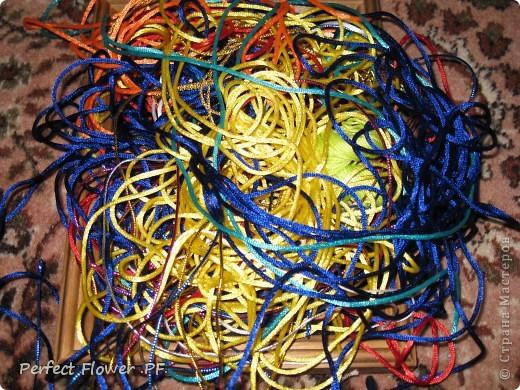 Небольшой рассказ о древнем японском искусстве плетения – кумихимо  Немного истории кумихимо:  Кумихимо (плетение веревок) японцы изобрели еще в 550 году (!). Тогда его использовали самураи, чтобы крепить свои доспехи и доспехи лошади, т.к. эти шнуры очень прочные.  Первоначально их плели только руками, затем появились специальные станки: марудай ( для плетения круглых шнуров) и такадай ( для плетения  плоских шнуров). Затем кумихимо японцы стали плести из тончайшего шелка, стали оформлять шнурами подарки для королевской семьи.                        В каждом шнуре кумихимо есть особое значение, смысл имеют все цвета и орнаменты, например кумихимо можно описать так: « На старой сосне, покрытой мхом, плетется глициния. Её многочисленные гроздья цветов спускаются с веток» - это все 1 шнурок=). Кумихимо дошло и до наших дней, сохраняя свои традиции и обычаи. фото 4