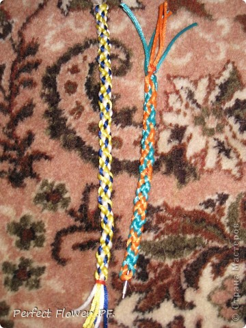 Небольшой рассказ о древнем японском искусстве плетения – кумихимо  Немного истории кумихимо:  Кумихимо (плетение веревок) японцы изобрели еще в 550 году (!). Тогда его использовали самураи, чтобы крепить свои доспехи и доспехи лошади, т.к. эти шнуры очень прочные.  Первоначально их плели только руками, затем появились специальные станки: марудай ( для плетения круглых шнуров) и такадай ( для плетения  плоских шнуров). Затем кумихимо японцы стали плести из тончайшего шелка, стали оформлять шнурами подарки для королевской семьи.                        В каждом шнуре кумихимо есть особое значение, смысл имеют все цвета и орнаменты, например кумихимо можно описать так: « На старой сосне, покрытой мхом, плетется глициния. Её многочисленные гроздья цветов спускаются с веток» - это все 1 шнурок=). Кумихимо дошло и до наших дней, сохраняя свои традиции и обычаи. фото 7