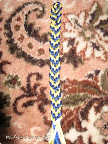 Небольшой рассказ о древнем японском искусстве плетения – кумихимо  Немного истории кумихимо:  Кумихимо (плетение веревок) японцы изобрели еще в 550 году (!). Тогда его использовали самураи, чтобы крепить свои доспехи и доспехи лошади, т.к. эти шнуры очень прочные.  Первоначально их плели только руками, затем появились специальные станки: марудай ( для плетения круглых шнуров) и такадай ( для плетения  плоских шнуров). Затем кумихимо японцы стали плести из тончайшего шелка, стали оформлять шнурами подарки для королевской семьи.                        В каждом шнуре кумихимо есть особое значение, смысл имеют все цвета и орнаменты, например кумихимо можно описать так: « На старой сосне, покрытой мхом, плетется глициния. Её многочисленные гроздья цветов спускаются с веток» - это все 1 шнурок=). Кумихимо дошло и до наших дней, сохраняя свои традиции и обычаи. фото 10