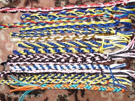 Небольшой рассказ о древнем японском искусстве плетения – кумихимо  Немного истории кумихимо:  Кумихимо (плетение веревок) японцы изобрели еще в 550 году (!). Тогда его использовали самураи, чтобы крепить свои доспехи и доспехи лошади, т.к. эти шнуры очень прочные.  Первоначально их плели только руками, затем появились специальные станки: марудай ( для плетения круглых шнуров) и такадай ( для плетения  плоских шнуров). Затем кумихимо японцы стали плести из тончайшего шелка, стали оформлять шнурами подарки для королевской семьи.                        В каждом шнуре кумихимо есть особое значение, смысл имеют все цвета и орнаменты, например кумихимо можно описать так: « На старой сосне, покрытой мхом, плетется глициния. Её многочисленные гроздья цветов спускаются с веток» - это все 1 шнурок=). Кумихимо дошло и до наших дней, сохраняя свои традиции и обычаи. фото 12