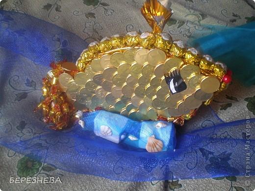 """В основу рибки вирізала пінопласт,потім загорнула в золоту фольгу,шоколадні монети клеїм гарячим клеєм в вигляді луски.Хвіст із """"Еклерів""""по краю """"Золота лілія"""",корона це фантик на зубочистці,очко(самоклейка),ротик бусини. фото 1"""