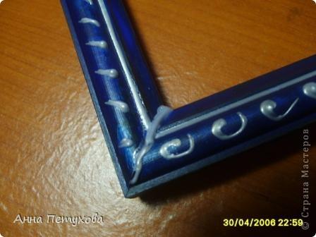 Вот эта рамка была простой деревянной(((Но я с помощью гуаши и клея ПВА покрасила ее и контуром сделала не очень оригинальный, но всё-таки узорчик. фото 3