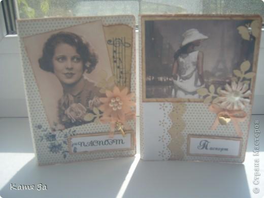 Что-то меня потянуло на винтаж. :))) Кстати, использовала бумагу, тонированную кофе, новые силиконовые штампики и дыроколы. Цветочки покупные. фото 1