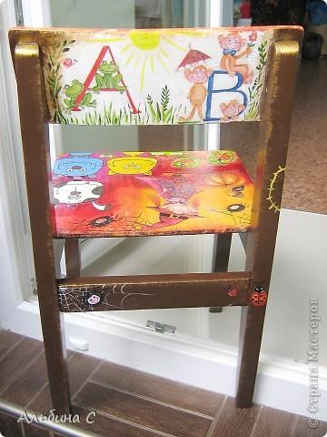 Реставрировала детский стульчик моего мужа,на котором он сидел 37 лет назад.Он его отшкурил,склеил,а всё остальное моя работа.Супруг был в восторге. фото 8