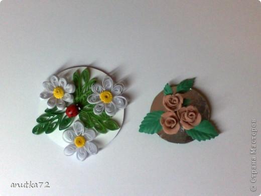 Розы сделаны из холодного фарфора, а листочки дырокольные,  приклеены к основе горячим клеем.(Вид справа) Слева думаю объяснять не надо и так всё ясно, что это всё из бумаги, вот только божья коровка была готовая. фото 1