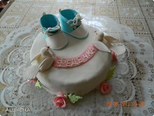"""Торт""""Легкий медовик""""со сметанно-малиновым кремом ,покрытый молочной  мастикой... фото 1"""