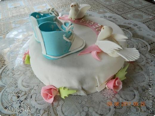 """Торт""""Легкий медовик""""со сметанно-малиновым кремом ,покрытый молочной  мастикой... фото 2"""