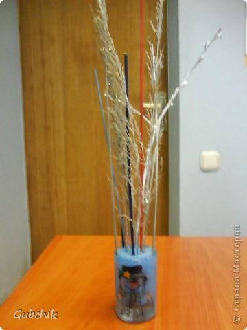 Вот такие сувенирчики я собирала подружкам к прошедшему новому году.  Расписывала акрилом вазочки и собирала в них абстрактные композиции из шишек и сухих полевых растений, заспреянными разными красками из баллончиков + немного декора. Девченкам моим понравилось! Все дешево, но необычно и интересно, может кому пригодится моя идея! фото 5