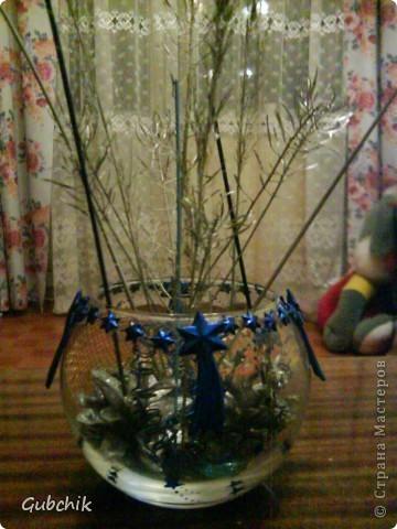 Вот такие сувенирчики я собирала подружкам к прошедшему новому году.  Расписывала акрилом вазочки и собирала в них абстрактные композиции из шишек и сухих полевых растений, заспреянными разными красками из баллончиков + немного декора. Девченкам моим понравилось! Все дешево, но необычно и интересно, может кому пригодится моя идея! фото 3