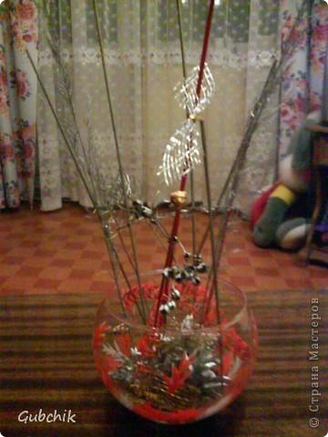Вот такие сувенирчики я собирала подружкам к прошедшему новому году.  Расписывала акрилом вазочки и собирала в них абстрактные композиции из шишек и сухих полевых растений, заспреянными разными красками из баллончиков + немного декора. Девченкам моим понравилось! Все дешево, но необычно и интересно, может кому пригодится моя идея! фото 1