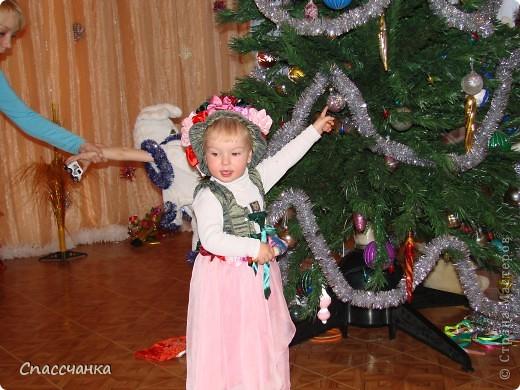 Моя маленькая модель-Ева, два с половиной года а хотела быть красивой!! Поэтому решили новогодний костюм шить сами!!! фото 1