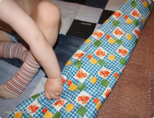 Мечтала сшить коврик из джинсовых лоскутков уже около года,да всё откладывала.Вот и ещё одну мечту осуществила. Макс его тут же окупировал,и лежал на нём ,и машинки катал. фото 3