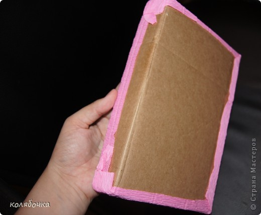Понадобилась мне коробочка красивая для подарка.Сегодня за 1 час смастерила из обычного гофрированого картона,гофры флористической и цветка-украшалки такую розовенькую коробчонку. фото 5