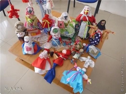 """""""Эти старые новые куклы"""" - так назывался семинар для руководителей кружков декоративно-прикладного творчества с мастер-классом по изготовлению народных тряпичных кукол, который прошел 18 мая в одно время с выставкой """"Хобби-бум"""".  В последнее время, что очень радует, возрос интерес к народным тряпичным куклам и оберегам. С одной стороны это очень интересно... Каждая кукла - это целая история, причем история наших предков, а с другой стороны куклы и обереги изготавливаются из недорогих материалов... и это не накладно для детей и преподавателей которые их обучают изготовлению кукол.  Мастер-класс и был организован для того, чтобы показать и заинтересовать руководителей кружков народными куклами, познакомить с куклами, с правилами их изготовления, чтобы в дальнейшем они обучали этому детей.  фото 1"""