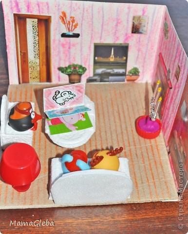 На скорую руку сделали жильё для наших маленьких друзей - СМЕШАРИКОВ. Такие домики интересны не только девочкам, мой сынок (2 г. 5 мес.) с удовольствием поиграл. Комнатка совсем маленькая, и мебели в ней минимум.  фото 9