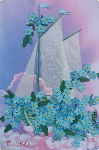 Добрый день всем жителям Страны Мастеров!  У нас лето в самом разгаре: жара, можно даже сказать пекло (30-37о С в тени) стоит уже почти два месяца, и так хочется снова ощутить весеннюю прохладу. Наверное, поэтому захотелось сделать весенние цветы – незабудки.  Порывшись на просторах интернета, нашла старую открытку, увидев которую захотелось повторить в квиллинге. Размер работы формата А4.  фото 1