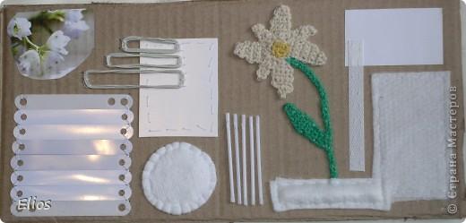 """Вот такую развавашку я сделала для одного малыша.  Использованы материалы: картон, бумага, цветной полиэтилен, пластик, шлейф, вырезанные картинки, нитки, спицы, крючок, резинки канцелярские, упаковка от кофе, губки для мытья посуды, тканевые салфетки крашеные акварелью, ткань и прочая разноцветность. Конечно, это скорее подходит к разделу """"Аппликация"""", чем к """"Вязанию"""", но саму идею я подсмотрела именно из навязанных разноцветных квадратиков, пришитых к картонным листам. Я же в своей работе хотела не только цвет малышу показать, но и оттенки этих цветов, а так же чтоб он пальчиками потрагал разную материальность: гладкую-шершавую, твёрдое-мягкое.  Ребёнку подарок очень понравился - сразу попытался оторвать резинки)) фото 8"""