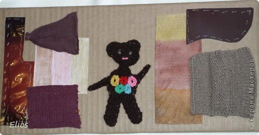 """Вот такую развавашку я сделала для одного малыша.  Использованы материалы: картон, бумага, цветной полиэтилен, пластик, шлейф, вырезанные картинки, нитки, спицы, крючок, резинки канцелярские, упаковка от кофе, губки для мытья посуды, тканевые салфетки крашеные акварелью, ткань и прочая разноцветность. Конечно, это скорее подходит к разделу """"Аппликация"""", чем к """"Вязанию"""", но саму идею я подсмотрела именно из навязанных разноцветных квадратиков, пришитых к картонным листам. Я же в своей работе хотела не только цвет малышу показать, но и оттенки этих цветов, а так же чтоб он пальчиками потрагал разную материальность: гладкую-шершавую, твёрдое-мягкое.  Ребёнку подарок очень понравился - сразу попытался оторвать резинки)) фото 10"""