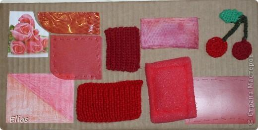 """Вот такую развавашку я сделала для одного малыша.  Использованы материалы: картон, бумага, цветной полиэтилен, пластик, шлейф, вырезанные картинки, нитки, спицы, крючок, резинки канцелярские, упаковка от кофе, губки для мытья посуды, тканевые салфетки крашеные акварелью, ткань и прочая разноцветность. Конечно, это скорее подходит к разделу """"Аппликация"""", чем к """"Вязанию"""", но саму идею я подсмотрела именно из навязанных разноцветных квадратиков, пришитых к картонным листам. Я же в своей работе хотела не только цвет малышу показать, но и оттенки этих цветов, а так же чтоб он пальчиками потрагал разную материальность: гладкую-шершавую, твёрдое-мягкое.  Ребёнку подарок очень понравился - сразу попытался оторвать резинки)) фото 7"""
