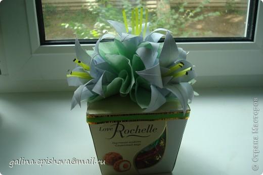 Вот так на скорую руку украсила коробочку с конфетами на день рожденья. Захотелось подарить не просто коробочку конфет, а конфеты с цветами. Лилии-оригами из квадратного листа делать и не сложно и не долго. У меня даже не было зеленой бумаги для листьев, заменила салфетками.  фото 3