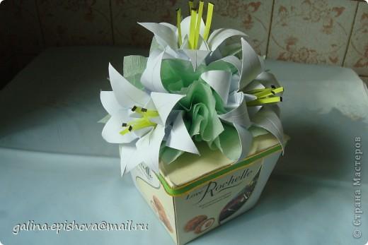 Вот так на скорую руку украсила коробочку с конфетами на день рожденья. Захотелось подарить не просто коробочку конфет, а конфеты с цветами. Лилии-оригами из квадратного листа делать и не сложно и не долго. У меня даже не было зеленой бумаги для листьев, заменила салфетками.  фото 2