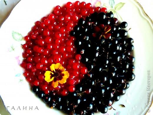 Лето,солнце,хорошее настроение...Захотелось поделиться с вами.Вот такая мысль пришла мне в процессе подготовки ягод к варенью.Инь-Янь в духе Стендаля...