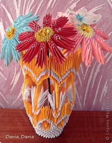 Вот такая вазочка у меня получилась) Для украшения приклеила на цветочек бабочку)