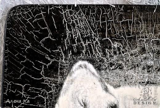 """Собралась я недавно в гости, в подарок решила сделать досочку с изображением волка, ну а так как занимаюсь этим в основном по ночам, то промахнулась с размером картинки (делала в фотошопе) и уши пришлось бы обрезать. сначала расстроилась, переделывать было не охота и время поджимало, решила издосочки сделать оберег. распечатала картинку на вторую сторону, отверстие замазала шпаклевкой, края акриловой краской, сверху двухшаговый кракелюр """"Креал"""". И вот в связи с ним у меня к вам, мастерицы, вопрос: как лучше и чем накладывать второй слой? у меня он ложится очень неровно по высоте, где яма, где канава ((( фото 2"""