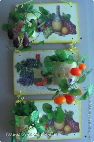 Очень понравилось панно Физалии http://stranamasterov.ru/node/357421?c=favorite  и решила тоже сделать что - то подобное на кухню на даче. Не обращайте внимания на фон, обои еще не наклеены, но куплены, бежевые с гроздьями винограда, поэтому и салфеточки выбирала под стать обоев.  фото 3