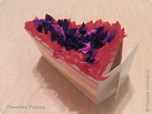 """Идея с кусочком тортика не нова, развертку такой коробочки позаимствовала в """"Стране Мастеров"""", вот ссылка:http://stranamasterov.ru/node/25622?c=favorite Моя воспитанница  слишком мала, чтобы украсить верхушку тортика цветочками, сделанными, например, в технике """"квиллинг"""" и потому мы выбрали более легкий способ - торцевание на пластилине. На уже готовую """"дольку"""" намазали пластилин,  и при помощи стержня от авторучки заполнили верхушку кусочками гофрированной бумаги. Сбоку наклеили полоски """"крема"""".  фото 2"""