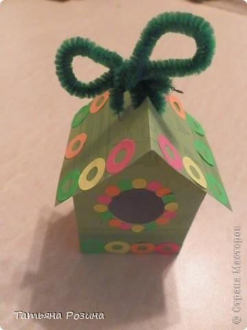 Всем здравствуйте! Захотелось сделать коробочку в форме скворечника. Идей в интернете много, развертку коробочки нашли вот здесь.http://forum.knitty.ru/index.php?showtopic=15268 Решили сделать два...Картон уже был с рисунком. Этот домик уже был вторым. Начнем с первого... фото 2