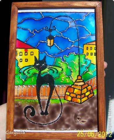 """Решила попробовать витражную технику. Вдохновлялась работами таких мастеров как Юлия Слепченко, Анна Кудрявцева, Blacknat. Это мои первые работы. А что получилось - судить вам.  Витражные краски """"Витраж Декор"""" от Аква-колор; золотой и бронзовый контур """"Витраж Декор"""" от Аква-колор; черный контур Liner Window Paint от Leeho; размеры работ 17х22 см.  Неделю назад отдыхала в Кисловодске. Очень понравился павильон Стеклянная струя. Решила сделать витраж с этой достопримечательностью.  Фото при солнечном свете фото 4"""