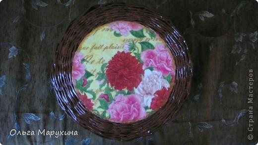 """Здравствуйте, мастерицы СМ!!! Плетением занимаюсь 2,5 месяца, учусь у всех по-немногу.  За неимением времени на эксперименты с покраской трубочек, плела просто из некрашеных, а потом покрывала цветным лаком ЛАКРА цвет """"Махагон"""" (пробовала цвета """"Орех"""" и """"Рябина"""",но """"Махагон"""" понравился больше). Конечно это только малая часть, которую я успела запечатлеть, плетёнки имеют удивительную способность быстро наполняться нужными вещичками, а также находить новых Счастливых обладателей :))) фото 29"""