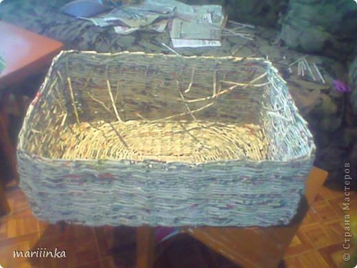 Такую корзиночку я сплела в деревне у подруги.Мы поехали туда отдохнуть на четыре денёчка.А у подруги заготовлено море газет печку растапливать.Ну вот в этом море несколько поубавилось... фото 4