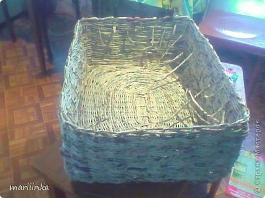 Такую корзиночку я сплела в деревне у подруги.Мы поехали туда отдохнуть на четыре денёчка.А у подруги заготовлено море газет печку растапливать.Ну вот в этом море несколько поубавилось... фото 5