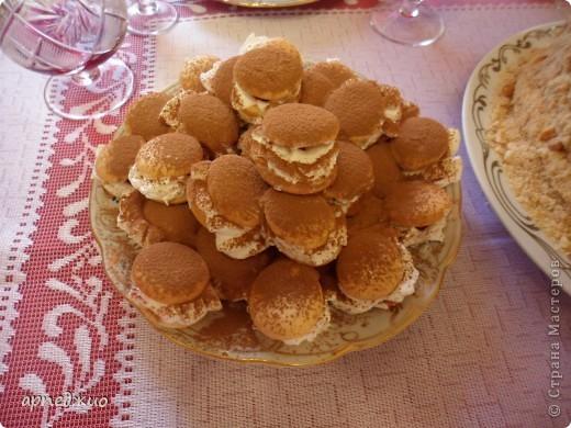 Мой День рождения. Торт своими руками. Наполнение: ягодная прослойка, заварной крем. Украшение: крошка с дробленым жареным орехом, взбитые сливки  и какао порошок.  фото 2