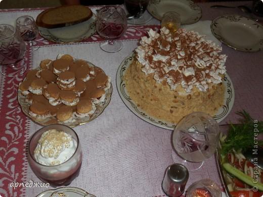 Мой День рождения. Торт своими руками. Наполнение: ягодная прослойка, заварной крем. Украшение: крошка с дробленым жареным орехом, взбитые сливки  и какао порошок.  фото 4