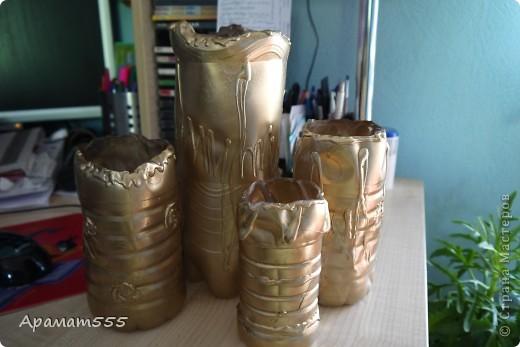 """Все началось с того, что я посадила зерна фиников-они все взашли и надо было раздать, желающим подругам,а т.к. финику надо длинный и небольшой горшок (еще и много горшков). Я решила сделать из бутылок: больший из под пепси, маленькие разные. Эти горшки, я просто покрасила в золотой цвет и термо пистолетом """"украсила"""". фото 1"""
