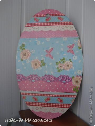 Подарок для сестрёнки Тани. Дощечка для кухни. Использовала две разные салфетки,и лак акриловый.
