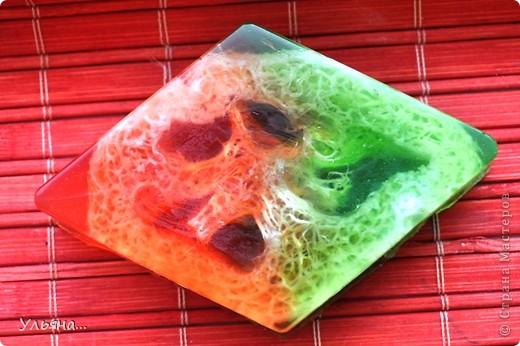 Сегодня мы будет делать такое яркое мыло с люфой.Для тех,кто не знает люфа-растение семейства тыквенных,из которого делают так называемую природную мочалку-люфу. фото 12