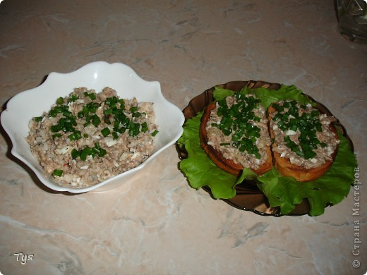 Всем доброго дня! Гости на пороги, а в холодильнике не очень много продуктов. Но у каждой хозяйки есть где-то закрома баночка сайры (или других рыбных консервов). Хочу вам предложить очень простые бутерброды и салатик. фото 6