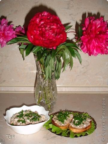 Всем доброго дня! Гости на пороги, а в холодильнике не очень много продуктов. Но у каждой хозяйки есть где-то закрома баночка сайры (или других рыбных консервов). Хочу вам предложить очень простые бутерброды и салатик. фото 1
