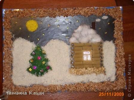 Поделка на выставку в садик. Рамка- пшеничная крупа и гречка, домик- вермишель, крыша-вата, низ-хлопья геркулесовые, снег- манка, соль и клей ПВА, елка-яичная скорлупа фото 1