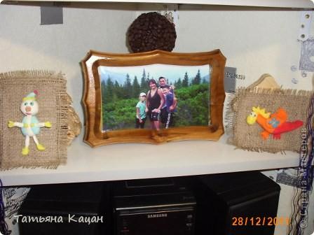 Поделка на выставку в садик. Рамка- пшеничная крупа и гречка, домик- вермишель, крыша-вата, низ-хлопья геркулесовые, снег- манка, соль и клей ПВА, елка-яичная скорлупа фото 9
